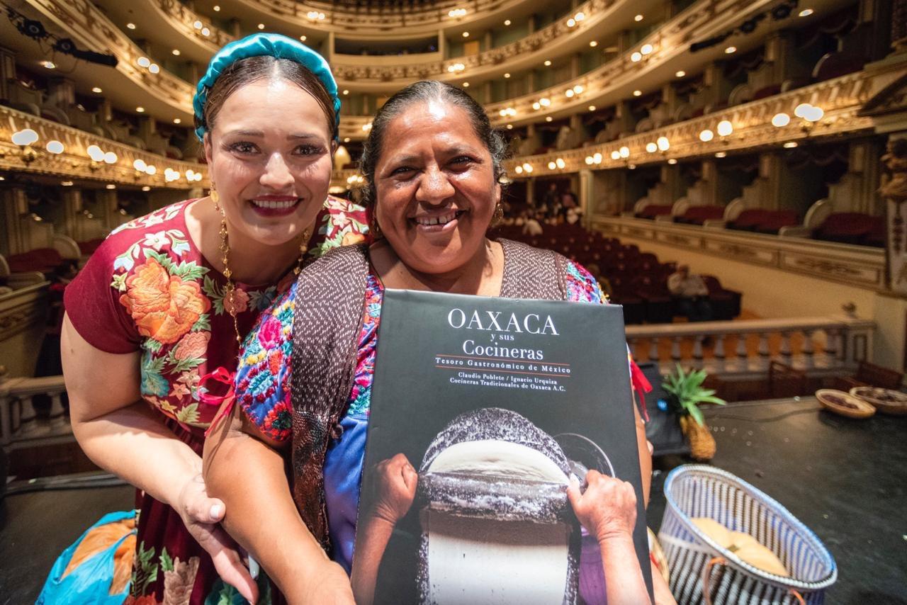 """Adquiere el libro """"Oaxaca y sus Cocineras Tesoro Gastronómico de México"""" en apoyo a las Cocineras Tradicionales de Oaxaca, S.C."""